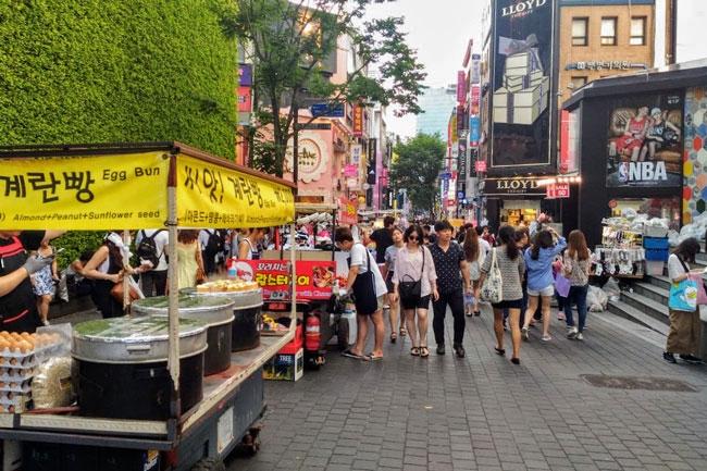 """<% pageTitle %>"""" /><br />  引用:konnichiwa-asia.com </p></blockquote> <p>明洞は日本人も必ず立ち寄る有名所ですが、屋台もストリート沿いにずら~~っと並んでいます!<br /> 明洞の屋台の特徴は、市場内にある屋台とは大きく異なり、簡単につまみながら歩けるスナックが多いです。トルネードポテト、トルネードアイスは私が留学していた時に明洞ではやっていた屋台菓子ですが、明洞の屋台は今もずっとその時代の屋台の流行を生み出していると言っていいくらい最先端の斬新なものが売られています?<br /> 最近は屋台でロブスターや大エビフライを売っているお店までも・・!その大量のロブスター、、本当に本物?!と疑ってしまうほど、積まれています\(◎o◎)/!見ているだけでも楽しい明洞の屋台?紹介したいのは、日本でも新大久保でかなりブームの韓国版ホットドッグ、韓国では「ハットクッ」です!ホットドックの有名店「デポホットドッグ」!<br /> 特徴は、ホットドッグとホットドッグにかけるソースの種類です!30種類以上のホットドッグとそれ以上の種類があるソースには目がチカチカします!(^^)!かなりボリューム満点のホットドッグ、これを食べたらもう晩御飯入らないので要注意ですよ!!<br /> ◎ハットクッ・・・韓国版ホットドッグで、大きく種類は2種類に分かれている。「イェンナルハットクッ」と「カムジャハットクッ」。<br /> 「イェンナルハットクッ」はトッピングに砂糖がまぶされていてほんのり甘め。「カムジャハットクッ」はフライドポテトが周りにコーティングされているのでボリューム満点!</p> <h5 id="""