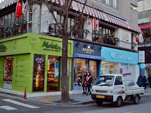 """<% pageTitle %>"""" /><br /> Photo by aljuarez </p></blockquote> <p>カロスキルは東京で言うと青山や表参道のようなお洒落なエリアで外車が多く、芸能人にもとても人気のエリア?中心エリアはおしゃれカフェやレストラン、ショップがずらーっと並んでいます?<br /> LINE ストアもカロスキルにあり、LINE のキャラクターたちが出迎えてくれます!(^^)!</p> <h5 id="""