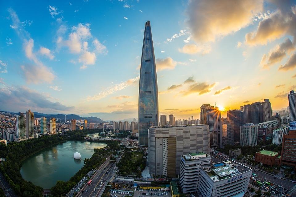 """<% pageTitle %>"""" /> </p></blockquote> <p>2017年にオープンしたロッテワールドタワー?何と世界で3番目という高さに位置する展望台、高さはなんと500m\(◎o◎)/!123階建ての超高層ビルです!<br /> 「ロッテワールドタワー」の 117 階~123 階に位置する「ソウルスカイ」は、上空 500メートルから幻想的なソウルの街並み・夜景を360度大パノラマ<br /> で楽しめるソウルの新名所で、展示ゾーン、スカイデッキ、スカイテラス、カフェ、ラウンジなどがあります♪<br /> 118階にはスカイデッキ、ガラス張りの床(強化ガラス)になっているので、本当に足がガクガクするほどスリル満点です!また、119階にはソウルスカイだけのオリジナルメニューを味わえるデザートカフェ「SKYFRIENDS CAFE」、122 階には「SEOUL SKY CAFE」があります(*^_^*)<br /> どソウルスカイ最上階である123階は、ソウルで一番高い場所でワインを楽しむことができるプレミアムラウンジがあります♪ソウルの景色を堪能しながら、美味しいワインも素敵です?一人ならではの特別感に入り浸りましょう(^^)/<br /> ?展望フロア?<br /> ・123 階 : 123 ラウンジ<br /> ・122 階 : ソウルスカイカフェ(Seoul Sky Cafe)<br /> ・121 階 : エレベーター乗り場(地下へ)、記念品売り場<br /> ・120 階 : エレベーター乗り場(地下へ)、スカイテラス<br /> ・119 階 : キャラクターデザートカフェ(Sky Friends Cafe)<br /> ・118 階 : エレベーター到着、スカイデッキ、スカイシアター<br /> ・117 階 : エレベーター到着、案内所、スカイショー<br /> <地下・チケット売り場><br /> ・地下 1 階 : チケット売り場、ロビー、記念品売り場、案内所、ベビー休憩室、エレベーター乗り場<br /> ・地下 2 階 : 展示フロア、エレベーター到着フロア</p> <h5 id="""